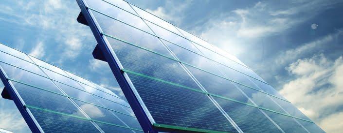 Solarplatten mit blauem Himmel und Wolken
